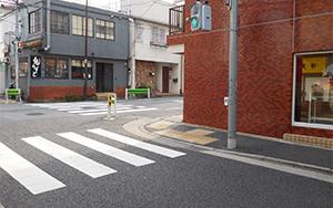交差点を右折(セブンイレブンが見え ます)