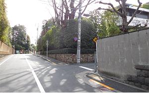 次の交差点(三光坂)を登り、登り切 った角を右折